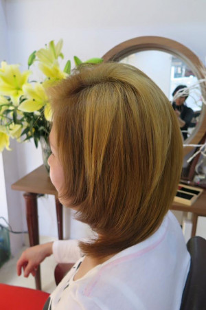 Tóc ngắn uốn cụp sáng màu