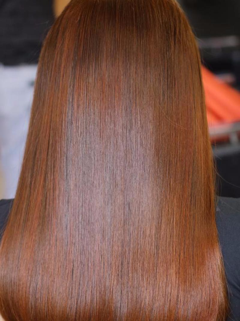 Tóc ép thẳng màu cam rêu