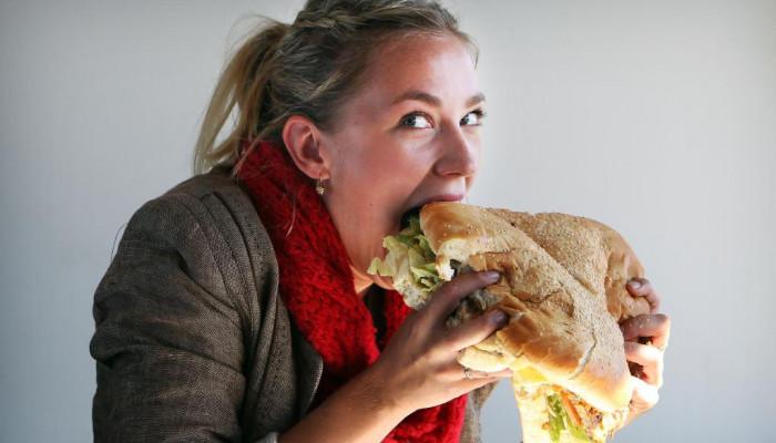 Cô gái ăn hết 24 chiếc cánh gà khổng lồ trong một phút rưỡi!!!